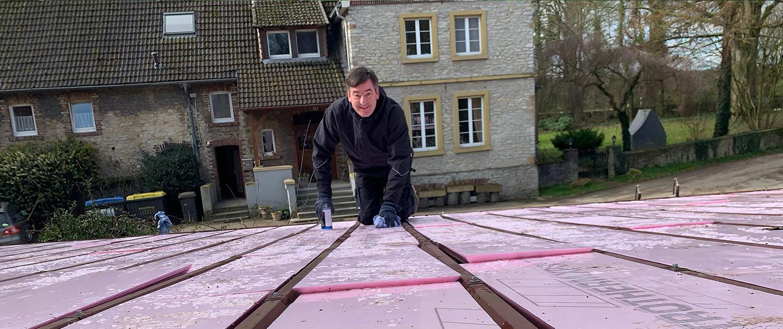 Thomas Greif bei der Grundreinigung des Daches